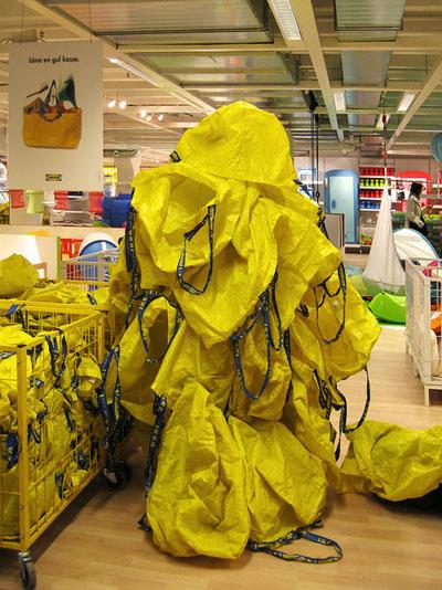 黄色い袋を身にまといカムフラージュ